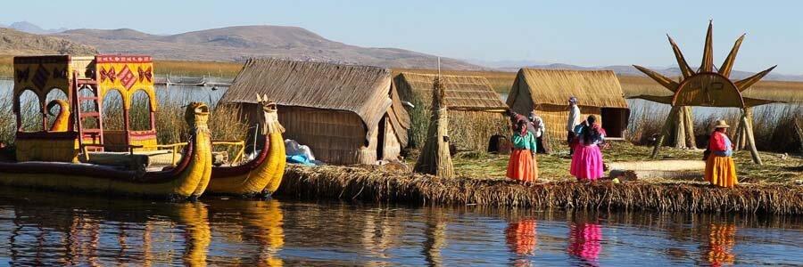 casas y balsas de totora en la isla urus